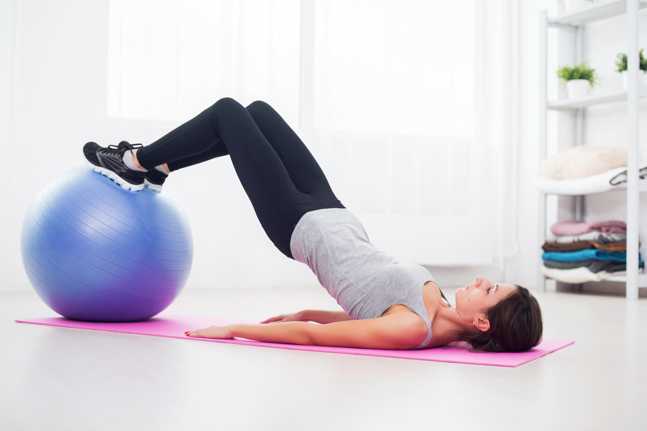 Levantamento de quadril em bola de pilates