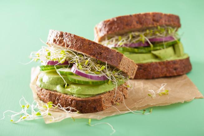 Sanduíche de abacate com alfafa da Kyra Gracie