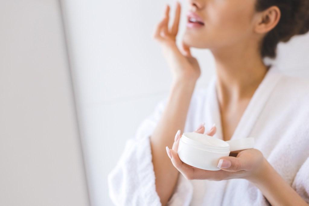 Hidratante, anti-idade, ácido: o jeito certo de usar produtos de beleza