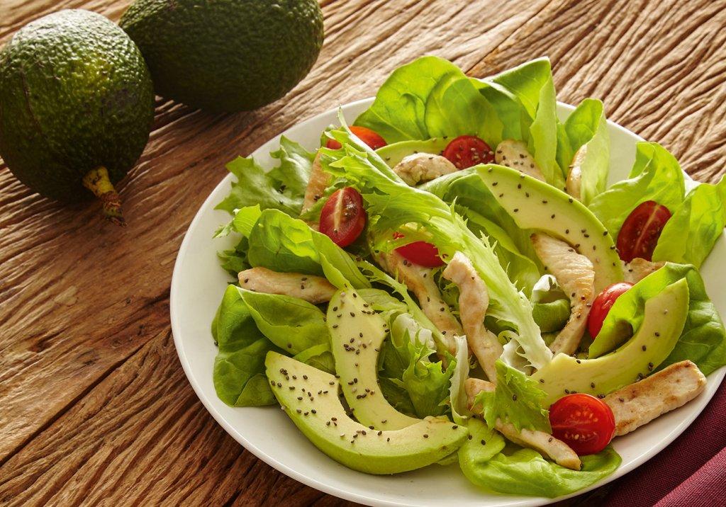 Salada de frango com abacate