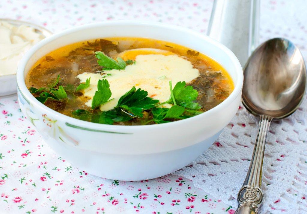 Sopa de legumes e ovo estalado