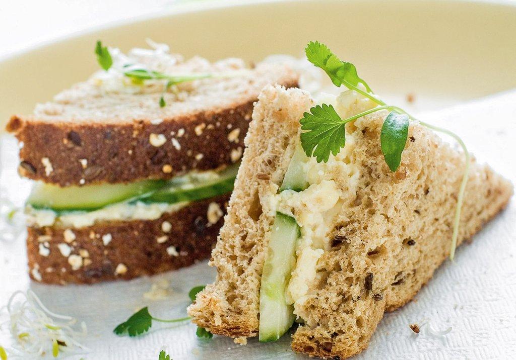 Sanduíche de pasta de grão-de-bico com frango e pepino