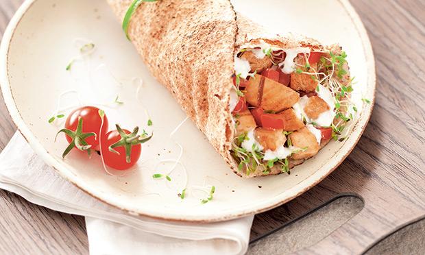 Sanduíche de frango com pão sírio