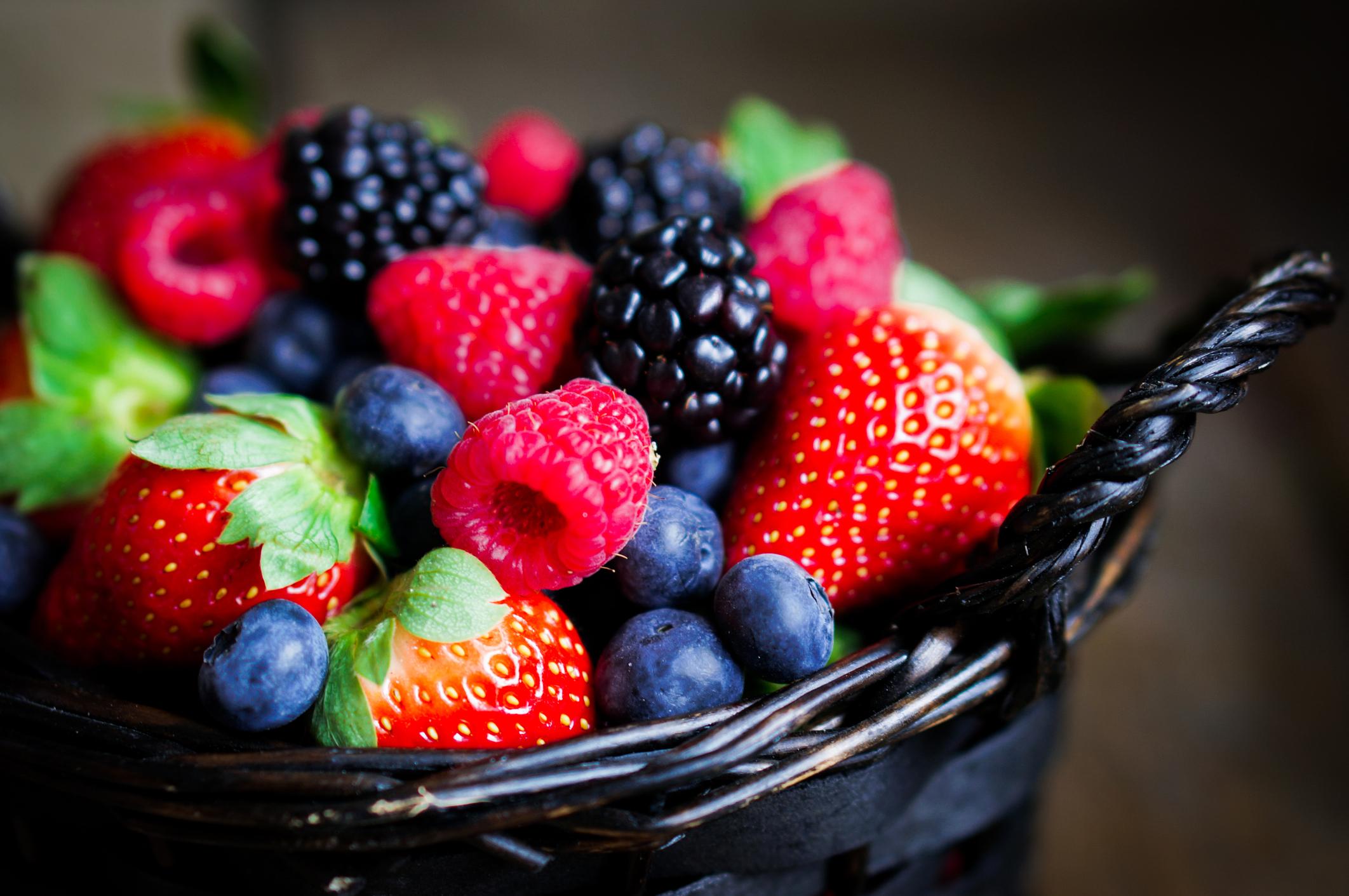 Frutas vermelhas na cesta