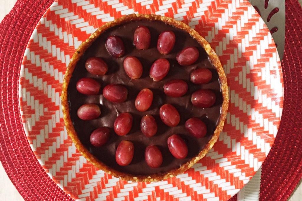 Torta ganache de chocolate amargo, noz-pecã e uvas para o Natal