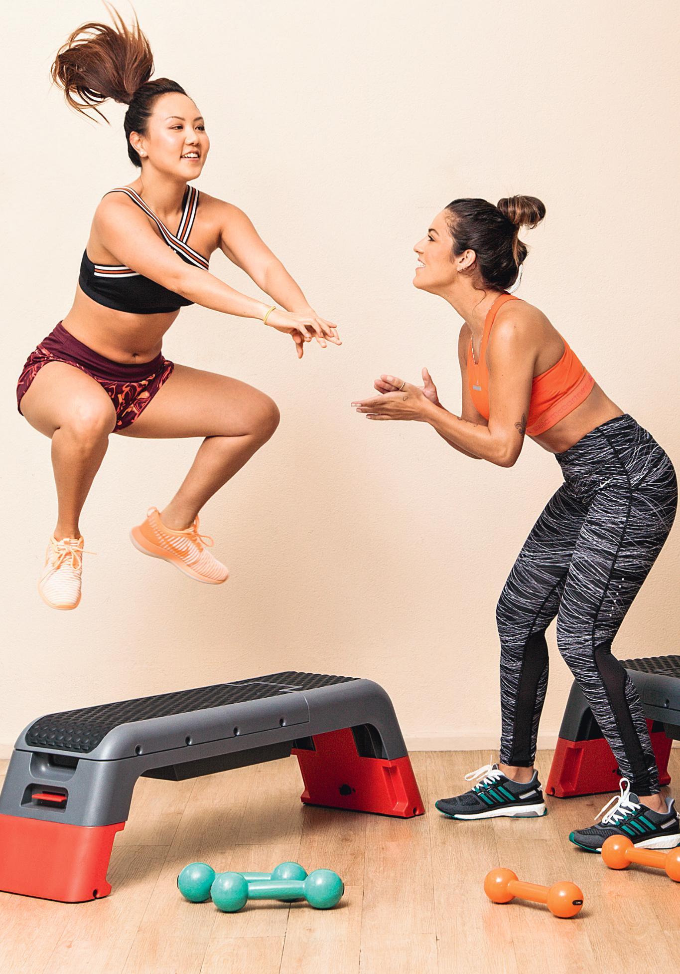 Mulher saltando sobre o step na academia