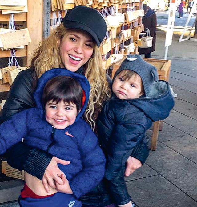 A cantora Shakira posa ao lado dos filhos Milan e Sasha.