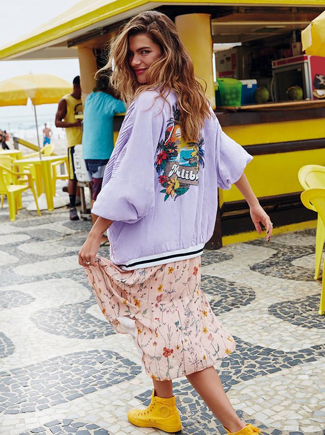 A apresentadora carioca Mariana Goldfarb posa com um vestido romântico  pelas praias cariocas.