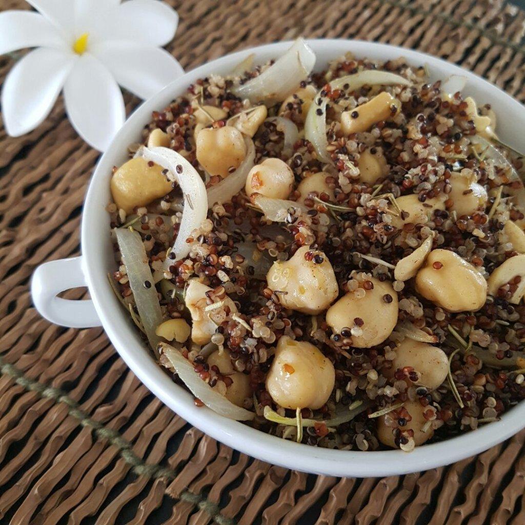 Salada de grão-de-bico com quinua e castanha de caju