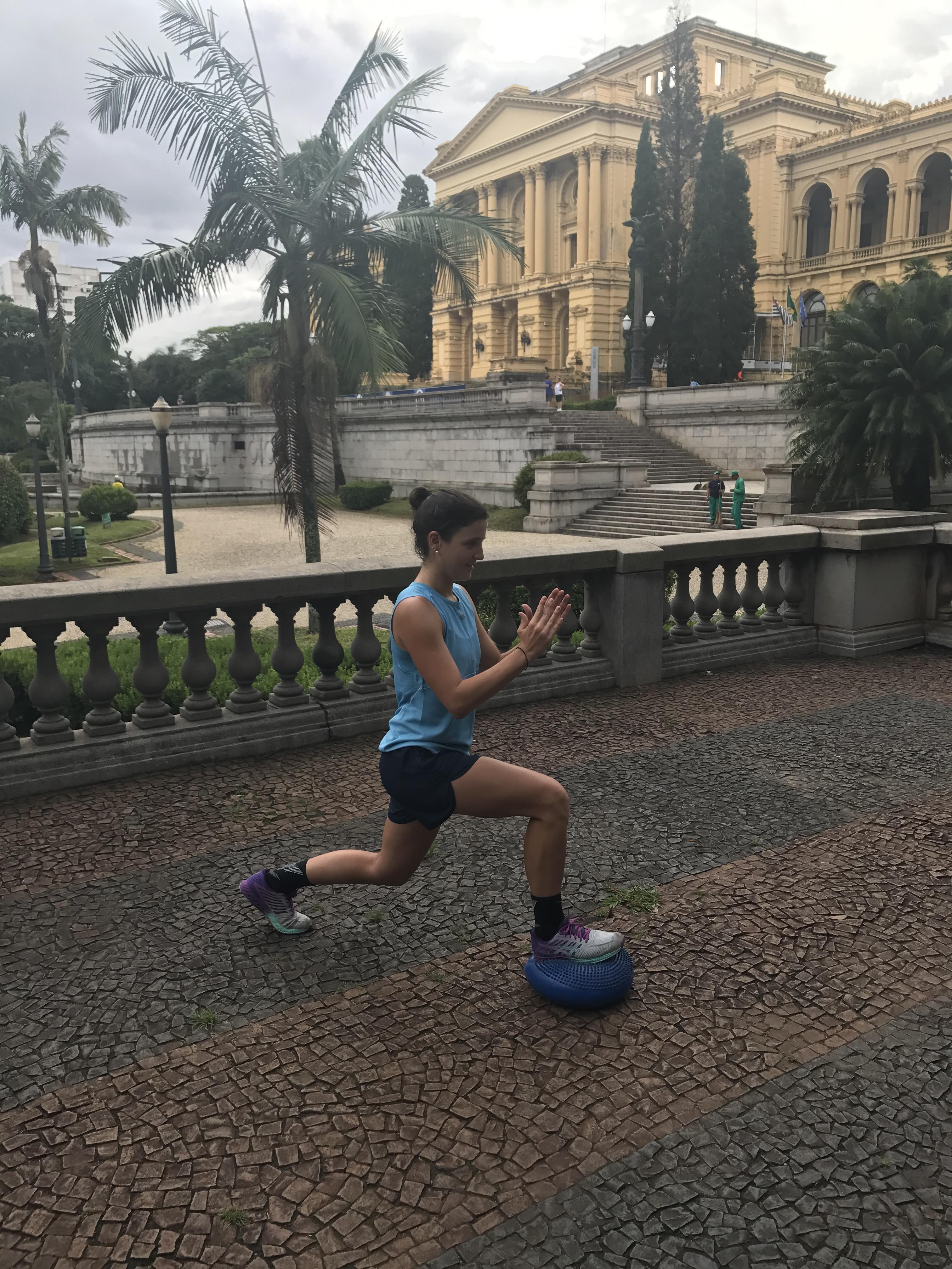 Mulher fazendo um afundo no bozu no treino de Crossfut