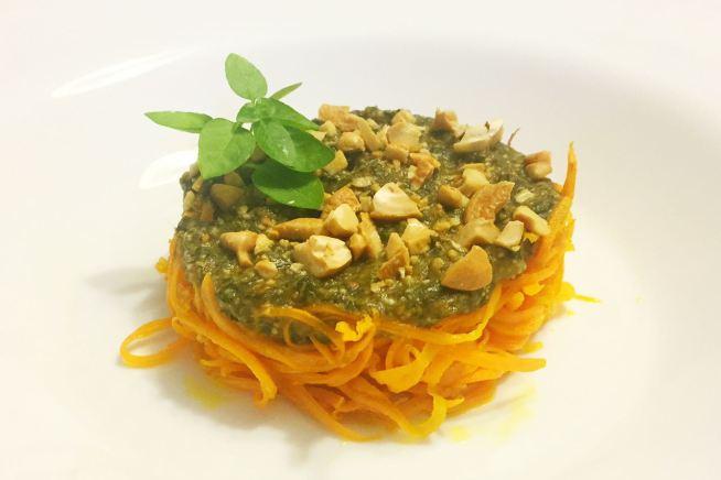 Prato com cenoura ralada e pesto de manjericão