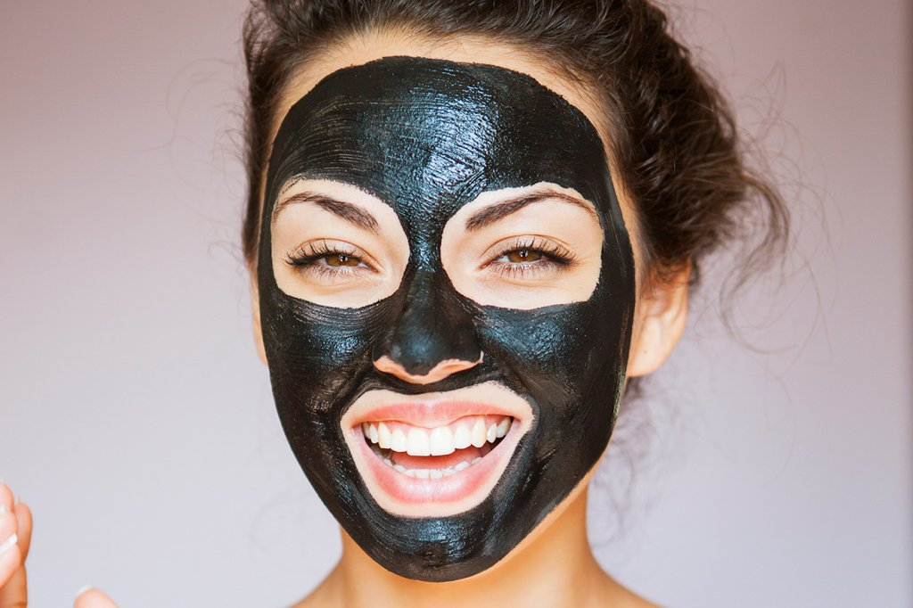 Mulher com máscara facial preta