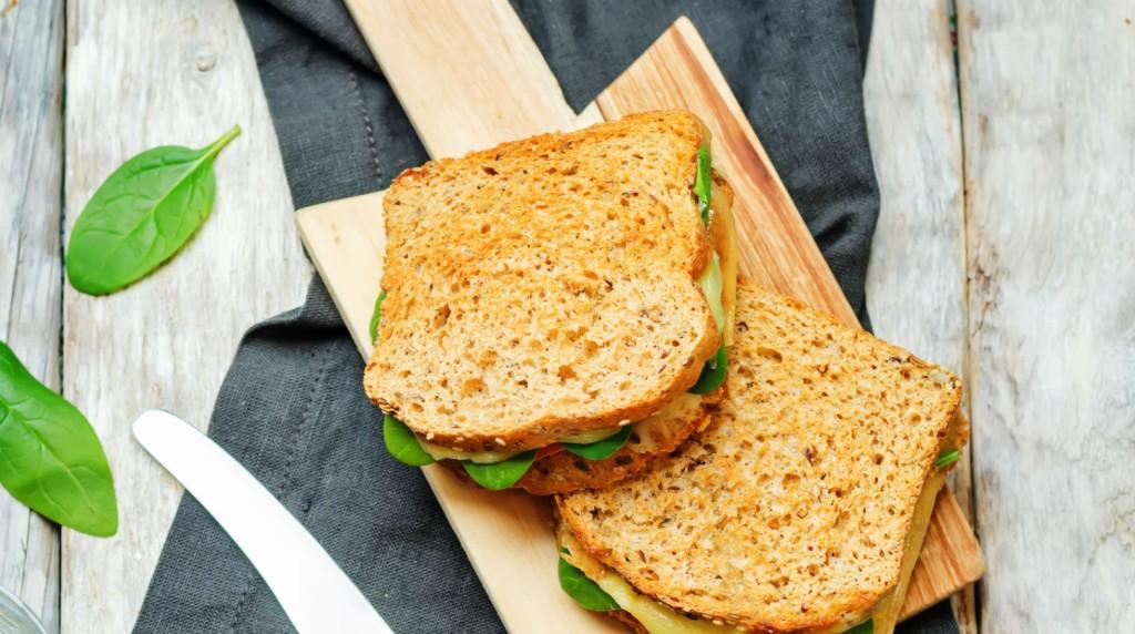 Sanduíche integral com pasta de manjericão