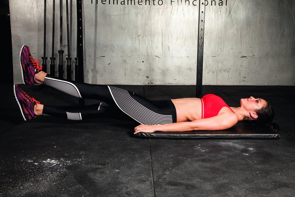 Modelo fazendo exercício elevação de perna
