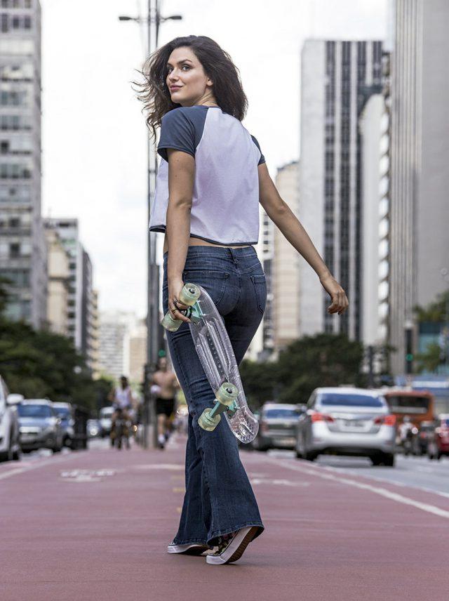 Mulher andando na Av. Paulista