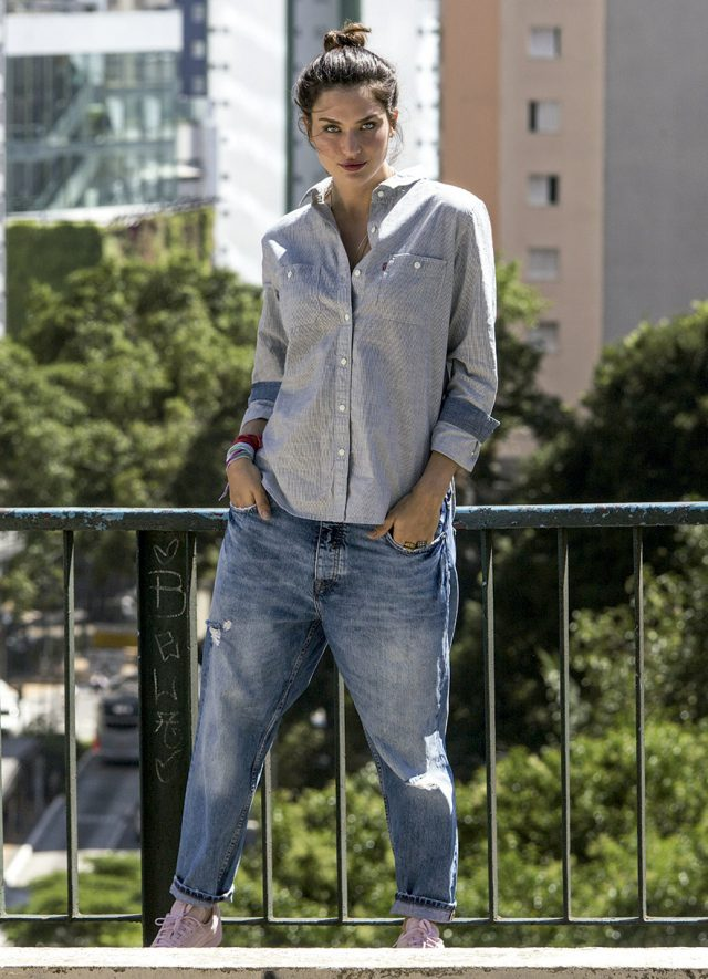 Mulher com look jeans