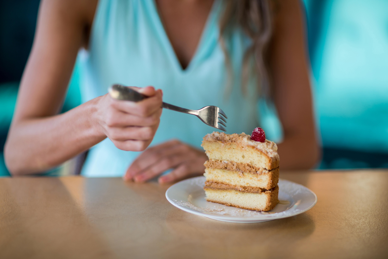 Mulher comendo bolo