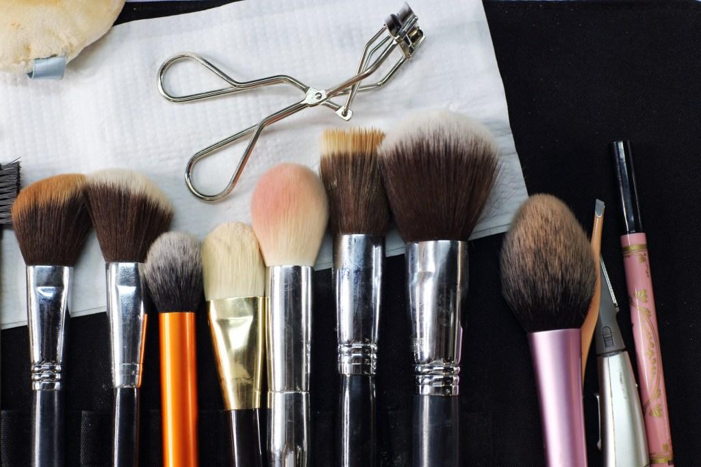Vários pincéis de maquiagem em bancada