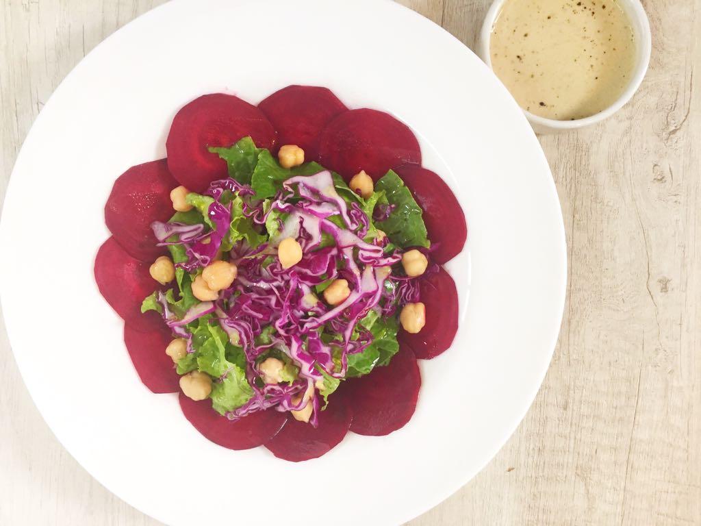 Salada de carpaccio de beterraba e grão-de-bico com molho tahine