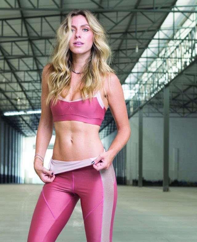 Estilista Nati Vozza com roupa de ginástica
