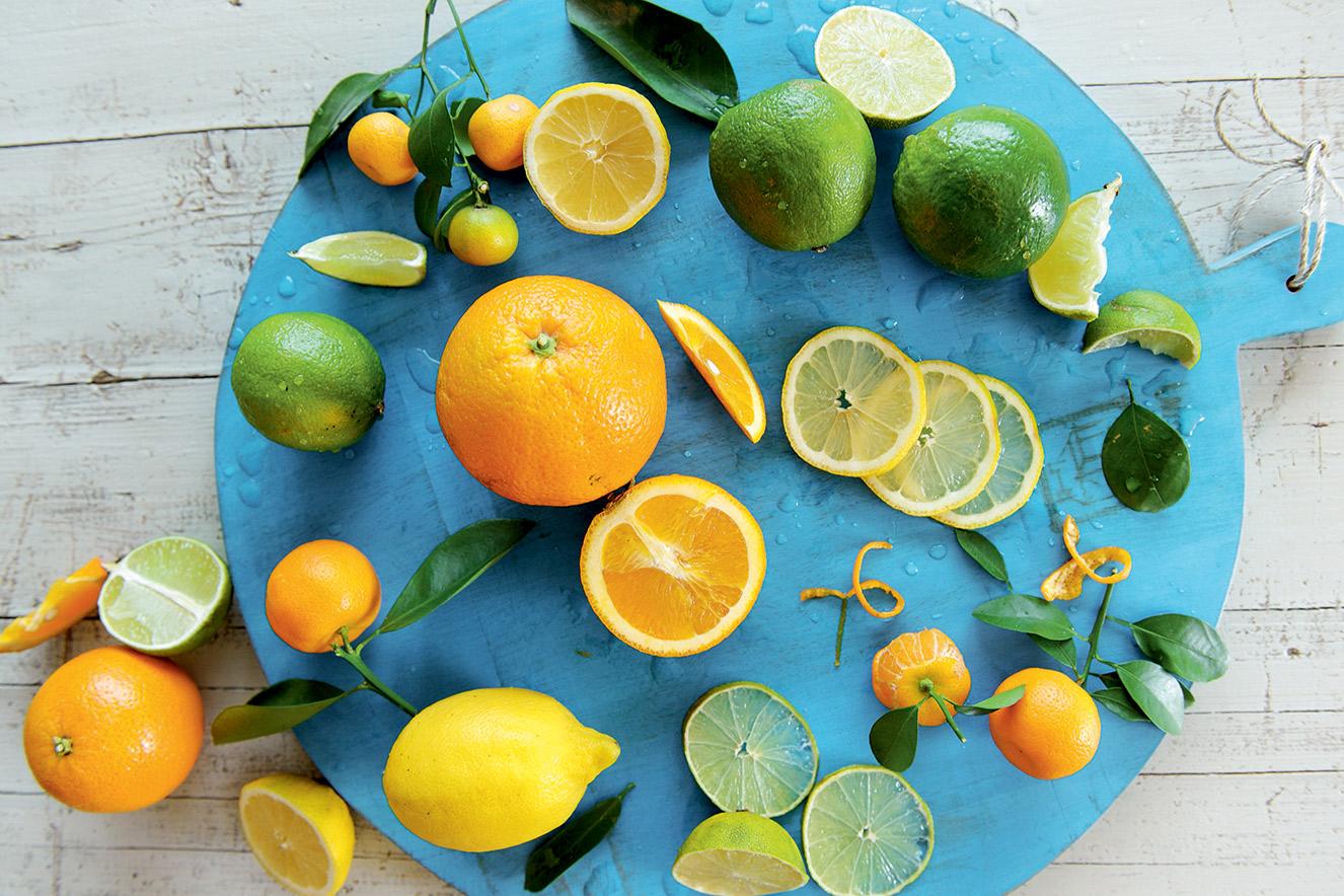 Mesa com frutas cítricas