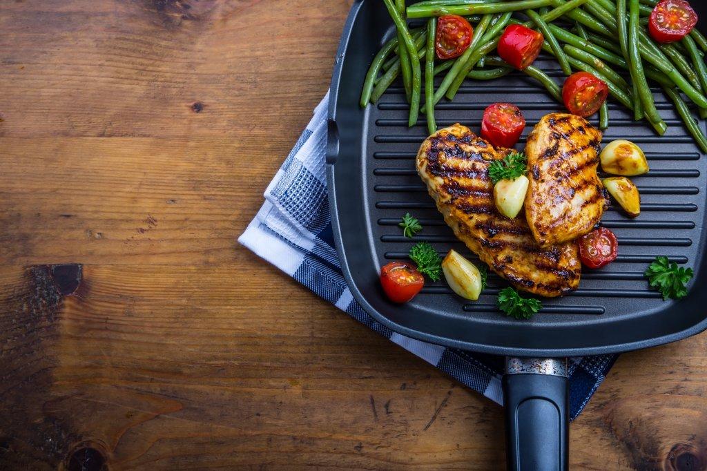 Frango e legumes grelhados