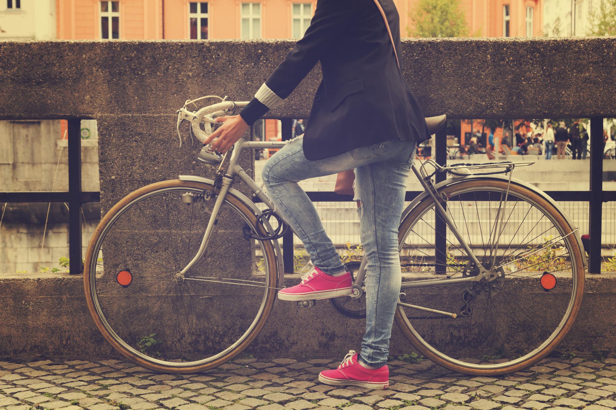 Mulher subindo na bicicleta