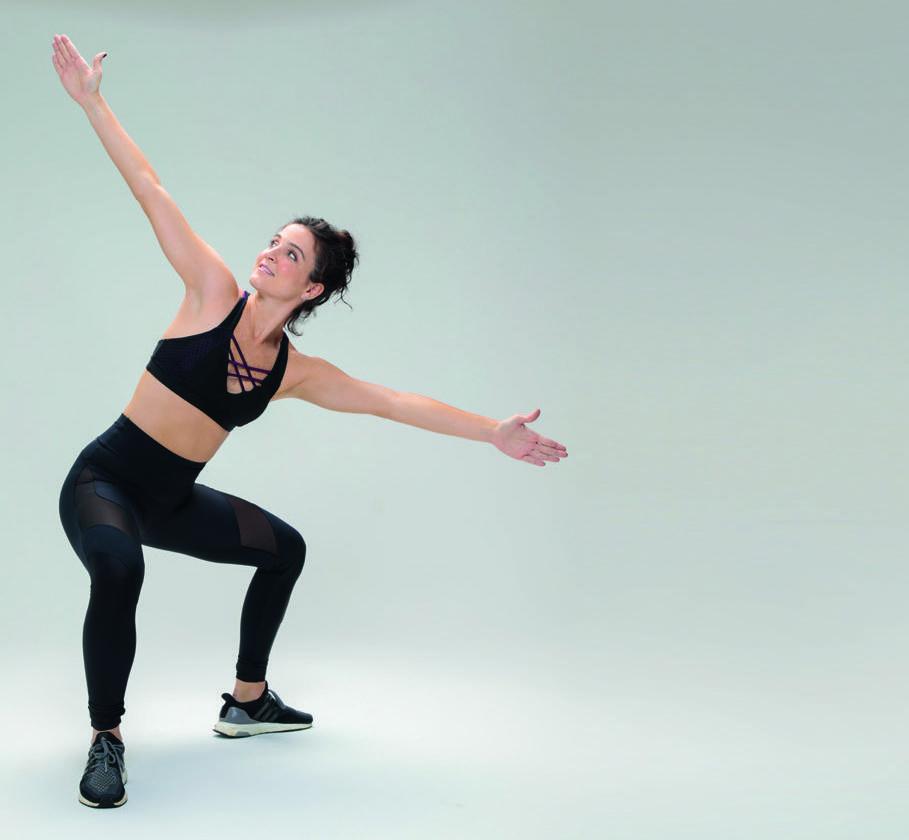 Exercício fitness agachamento com rotação de tronco