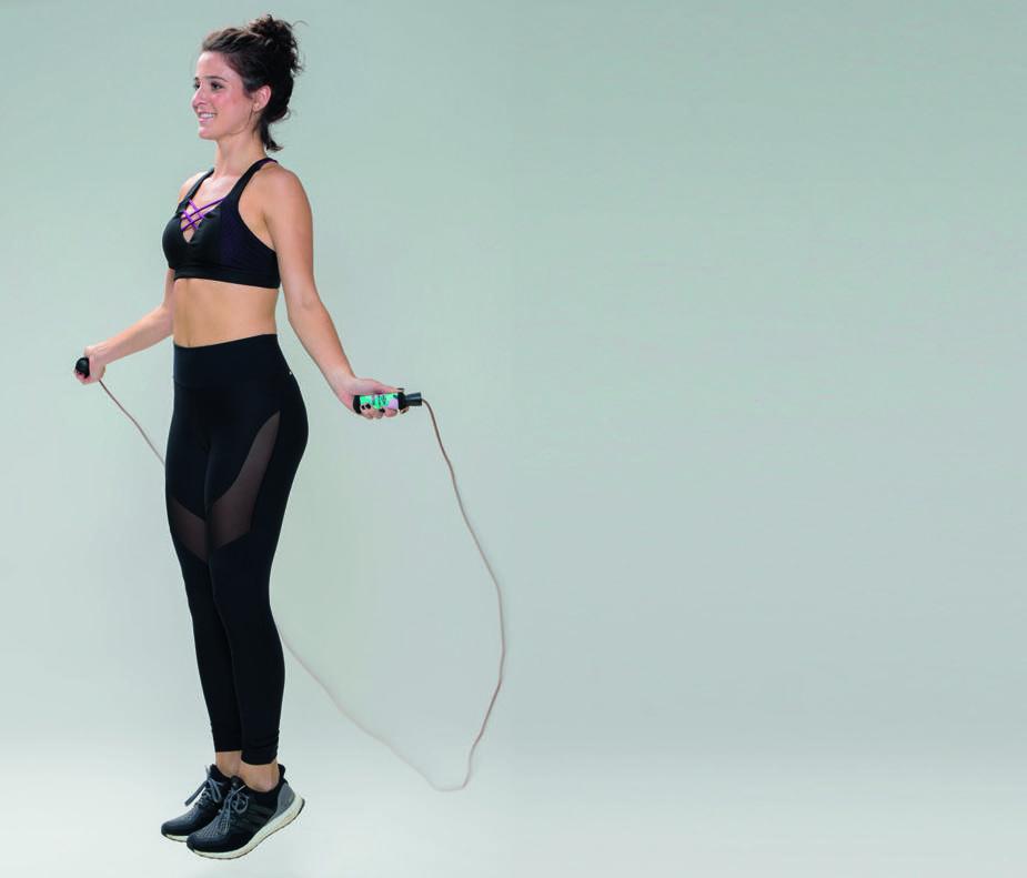 Exercício fitness mulher pulando corda