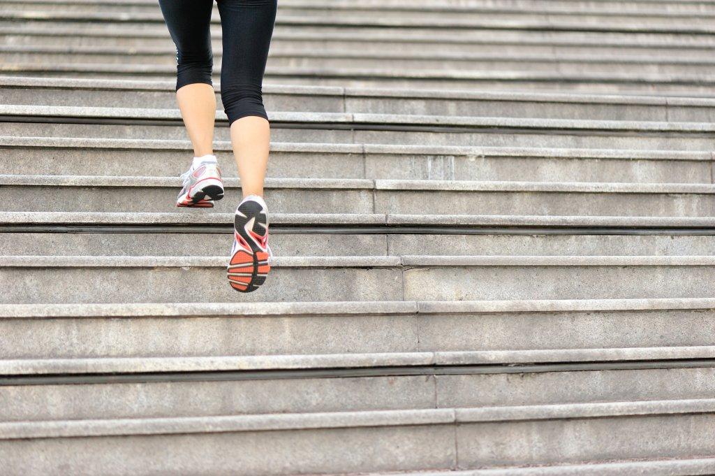 Mulher subindo escada