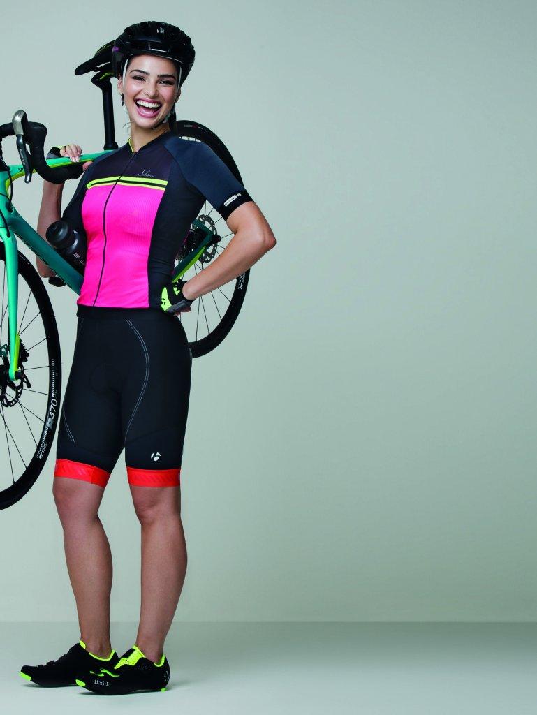 Mulher ciclista com bicicleta
