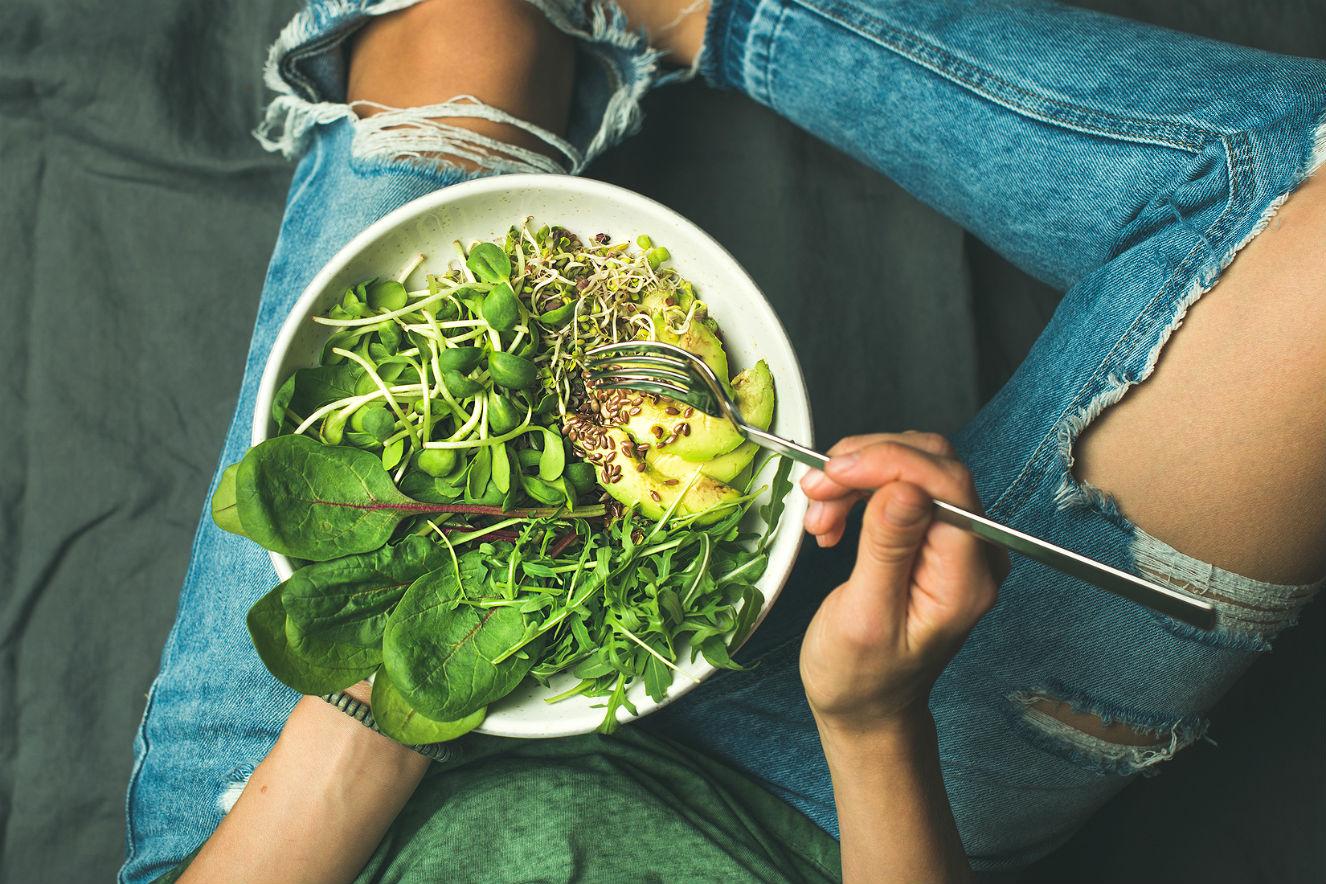 Mulher jantando salada