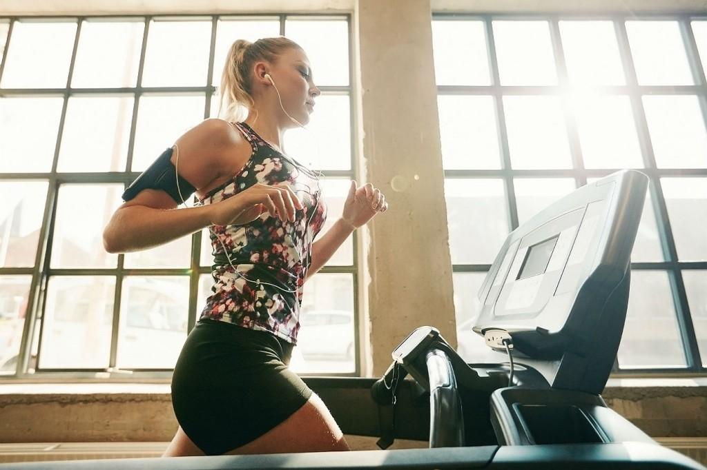 mulher-corrida-academia Exercícios para acabar com a celulite