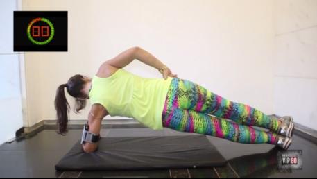 Mulher fazendo exercício prancha lateral em casa