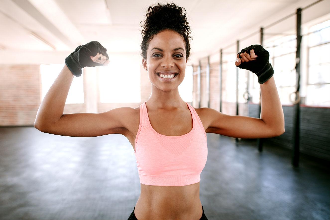 Mulher fitness feliz no treino