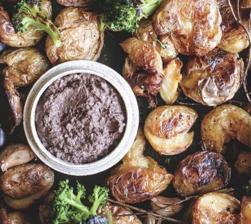 Batatas ao murro com patê de azeitonas pretas