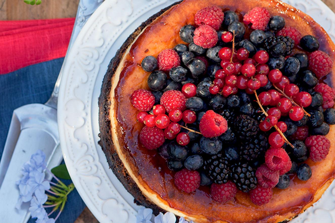 Bolo cheesecake e frutas vermelhas