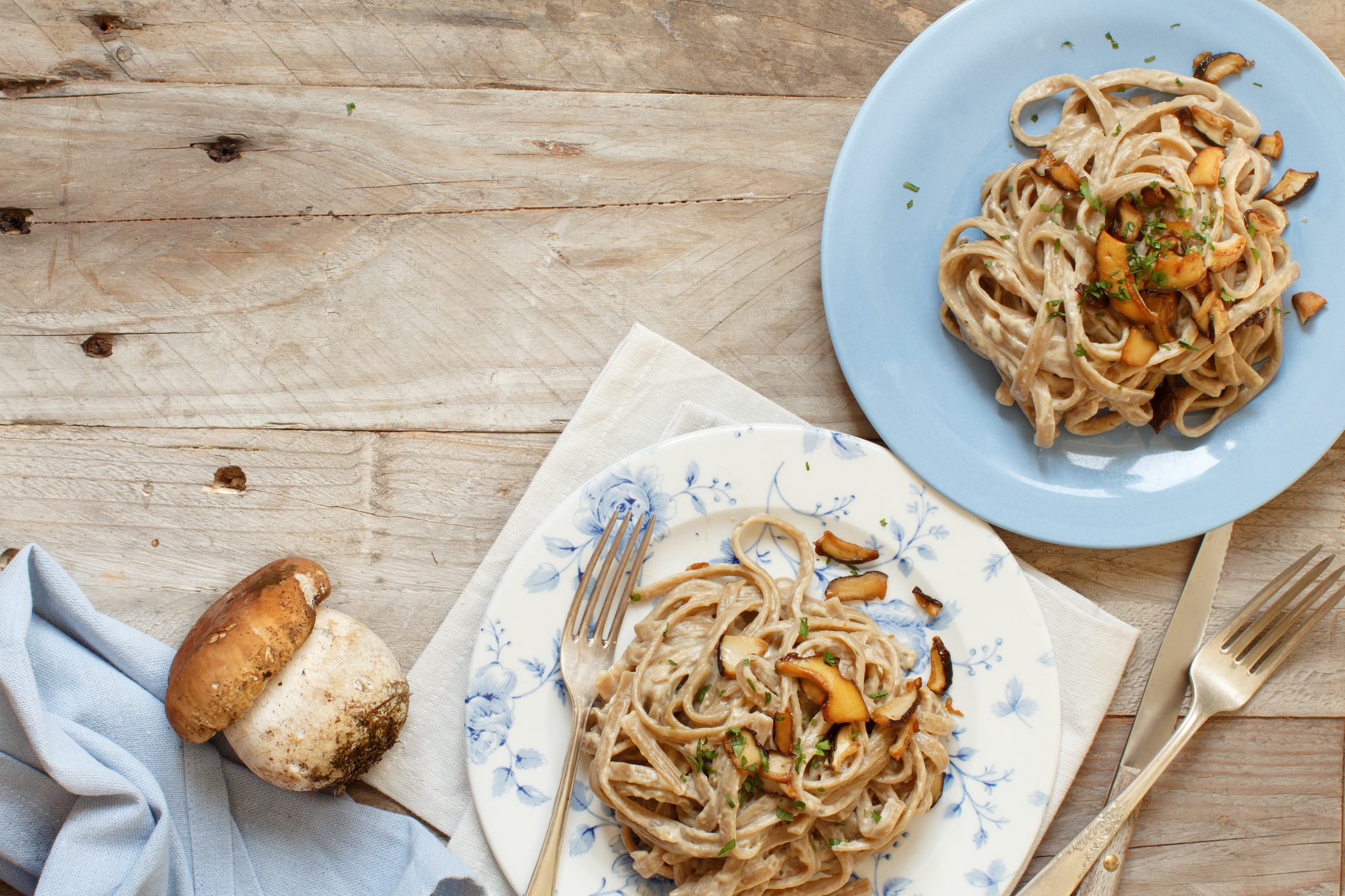 Prato com massa integral e cogumelos