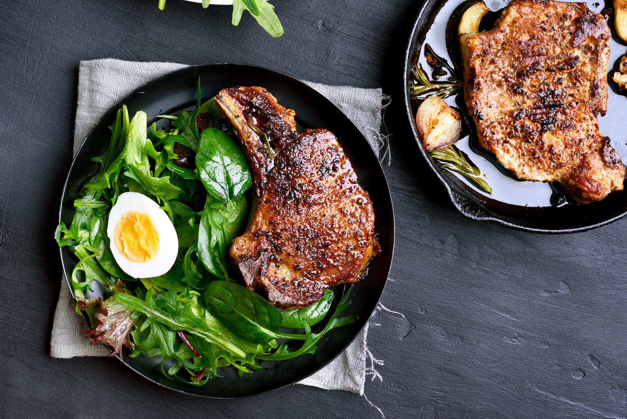 Prato de salada com carne e ovo