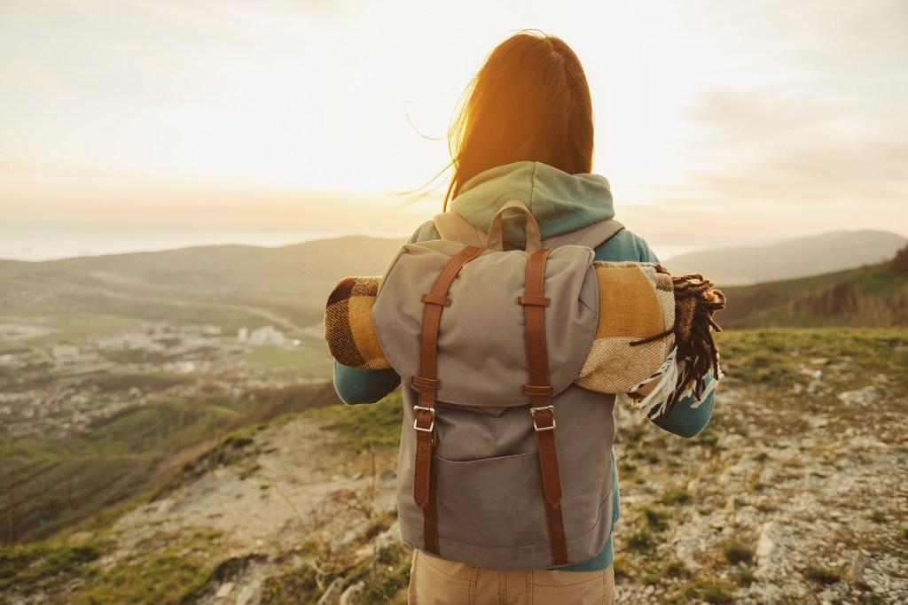 Mulher com mochila em viagem