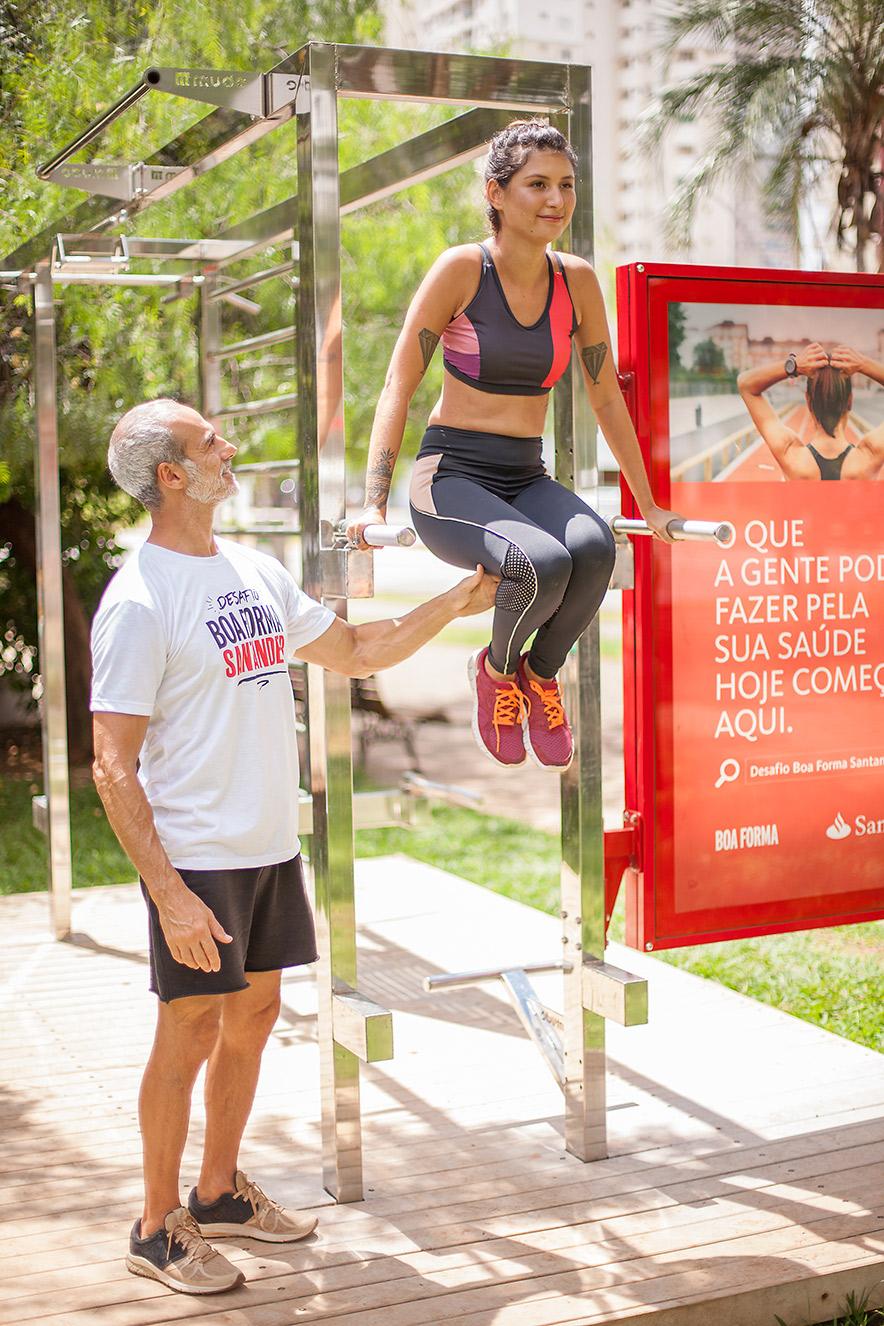 Karia Freitas faz exercício na estação do Santander