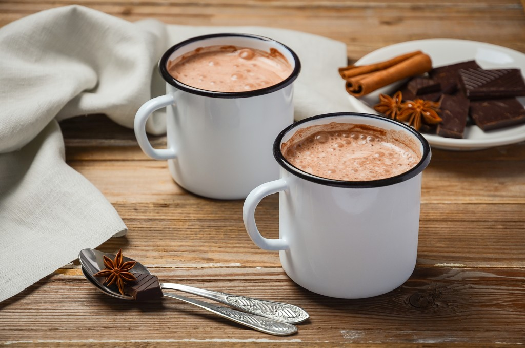 xícaras de chocolate quente