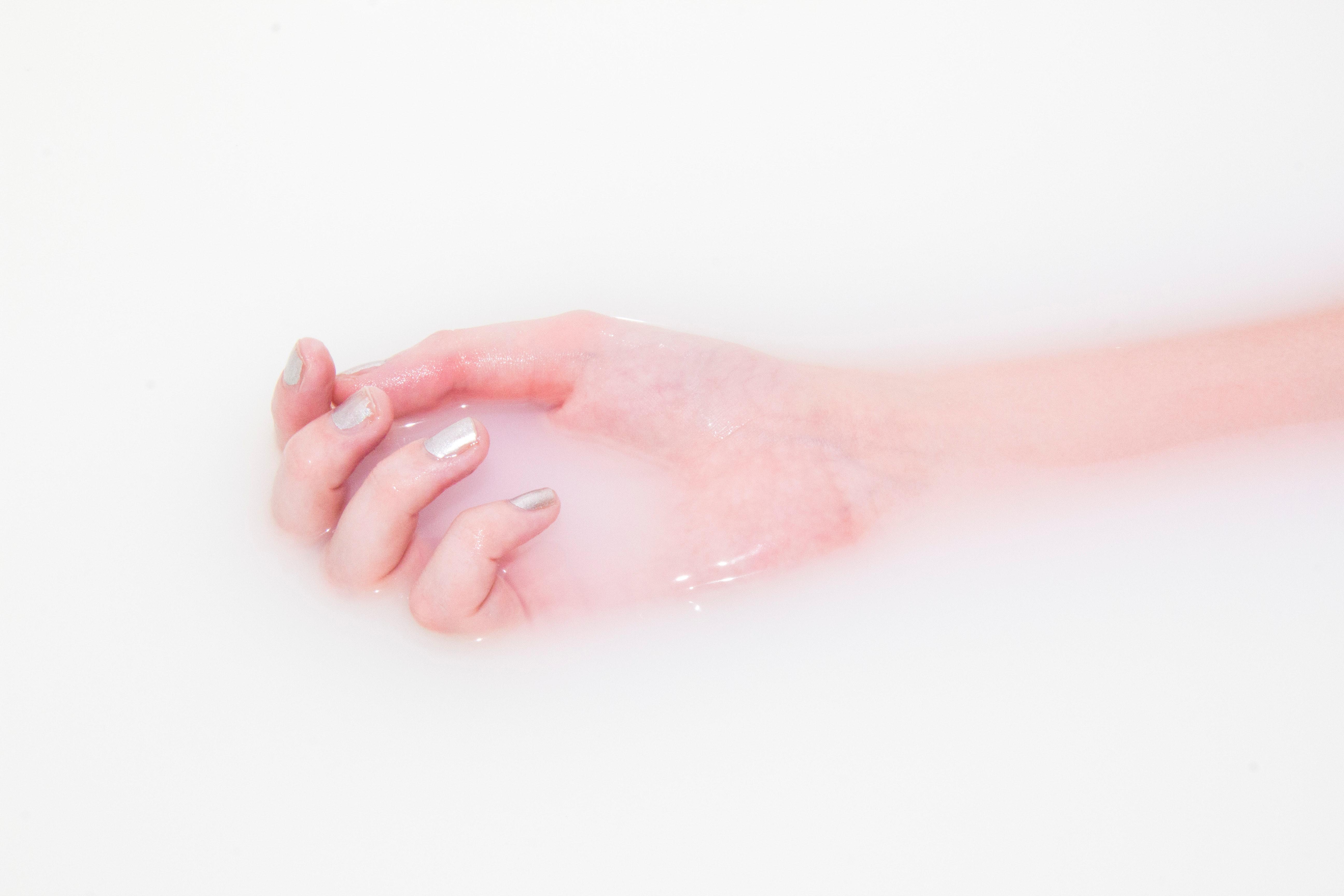 Dermocosméticos hidratantes e cicatrizantes, como a água termal, pantenol, ureia e vitamina B5 minimizam o ressecamento