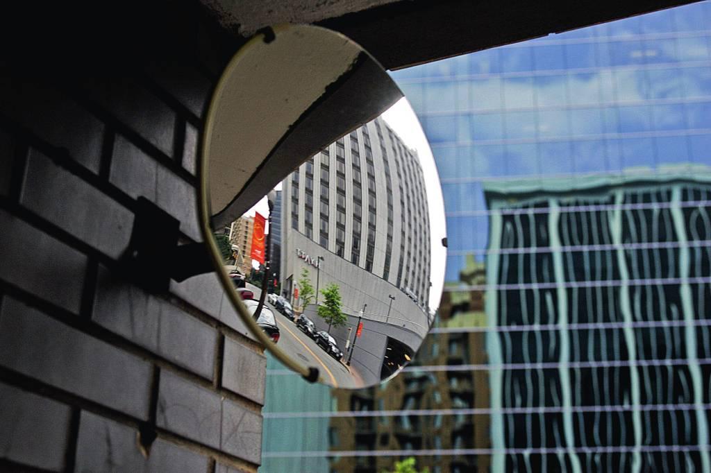 PARA VER LONGE Espelhos convexos, como os usados em garagens, distorcem mas ampliam muito o campo de visão. JIM WATSON/AFP