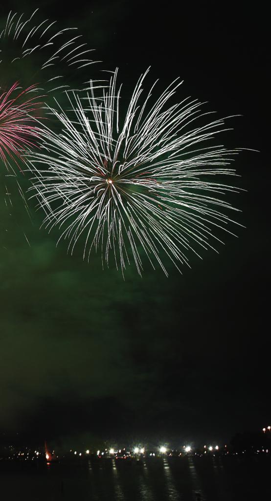 PURA ENERGIA LIBERADA O efeito luminoso da queima de fogos de artifício é causado pelo movimento de vaivém de elétrons em torno do núcleo
