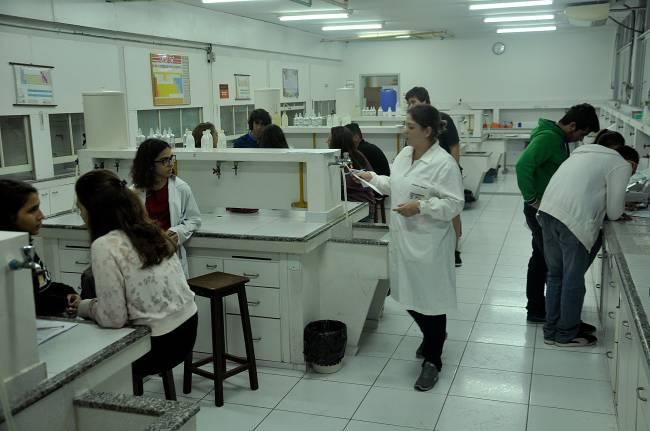Alunos da graduação trabalham em grupo em um dos Laboratórios de Química (crédito: Fernanda Szuster/ Jornal da PUC)