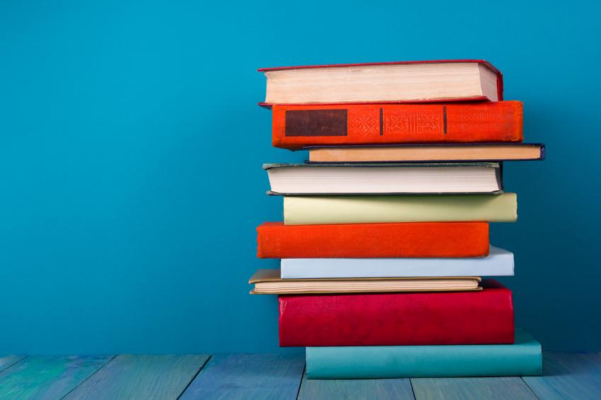 Pilha de livros de estudo