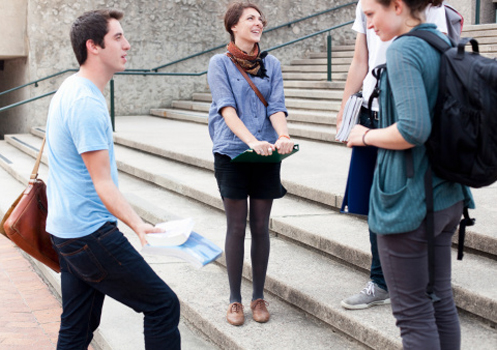 estudantes-escada-conversando.jpg