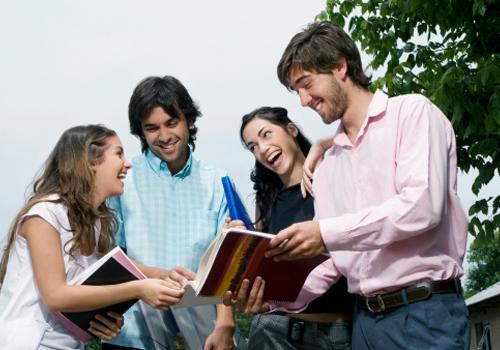 estudantes-sorrindo-caderno.jpg
