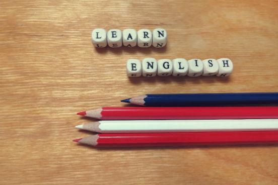 Com um método que usa a gamificação, o Duolingo (https://www.duolingo.com/) tem mais de 120 milhões de usuários pelo mundo. É possível escolher o tempo de dedicação para o aprendizado e o conteúdo em português facilita bastante para quem ainda está no estágio inicial e quer começar o curso básico. Além do inglês, oferece cursos de mais 18 idiomas. Inglês, francês, espanhol e alemão são as línguas mais populares entre os 194 países em o Duolingo está presente, segundo pesquisa recente. (Imagem: iStock)